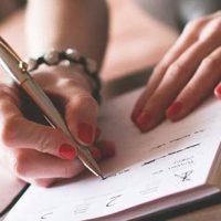 mujer-escribiendo-agenda